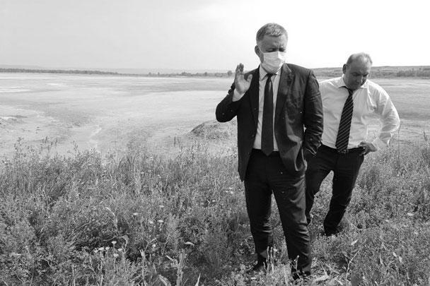 Игорь Кобзев и мэр Усолья-Сибирского Максим Торопкин (справа) возле шламонакопителя
