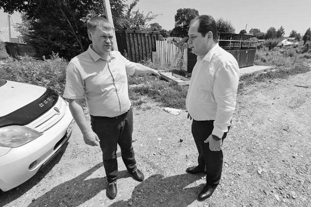 Ростислав Гольдштейн (справа) и мэр Биробиджана Александр Головатый