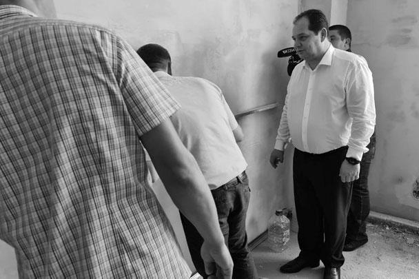 Стена действительно кривая: и. о. губернатора ЕАО Ростислав Гольдштейн инспектирует ремонт в библиотеке-филиале № 4, Биробиджан