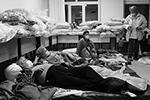 Люди, эвакуированные в пункт временного размещения  (фото: Александр Рюмин/ТАСС)