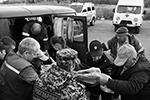 Оказание помощи пострадавшему  (фото: Александр Рюмин/ТАСС)