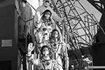 Космонавт Сергей Рыжиков (на первом плане), Сергей Кудь-Сверчков (на третьем плане) и астронавт NASA Кэтлин Рубинс (на втором плане) перед запуском ракеты-носителя «Союз-2.1а» с транспортным пилотируемым кораблем «Союз МС-17»(фото: Пресс-служба ГК «Роскосмос»/ТАСС)