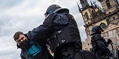 Вечером 18 октября в Праге прошла масштабная акция протеста футбольных и хоккейных болельщиков против введенного на фоне пандемии правительством Чехии запрета на спортивные мероприятия. Полиция применила водометы и слезоточивый газ. Часть протестующих была задержана