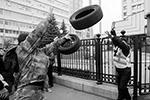 Радикалы пустили в ход излюбленное «оружие» Майдана – автомобильные покрышки (фото: REUTERS/Gleb Garanich)