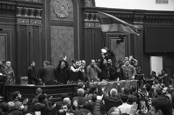 Здание правительства было сдано почти без сопротивления правоохранителей