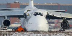 Грузовой самолет Ан-124 «Руслан» совершил в новосибирском аэропорту Толмачево жесткую посадку, не успев толком взлететь. Машина выкатилась за пределы взлетно-посадочной полосы, повредив фюзеляж, крылья и двигатели. По предварительной информации, пострадавших в ходе инцидента нет