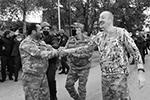 Азербайджанские военные приветствовали своего лидера как национального героя, который вернул им утерянные земли(фото: Пресс-служба президента Азербайджана/РИА Новости)