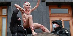 Обнаженная активистка Femen провела перед зданием администрации президента Украины акцию против «насилия». Очевидно, сеанс стриптиза приурочен к стартовавшей в среду всемирной акции «16 дней против насилия». Активистка воссоздала образ «девочки на шаре» из известной картины Пикассо