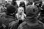 Не исключено, что против активистки Femen будет заведено дело по факту хулиганства (фото: REUTERS/Valentyn Ogirenko)