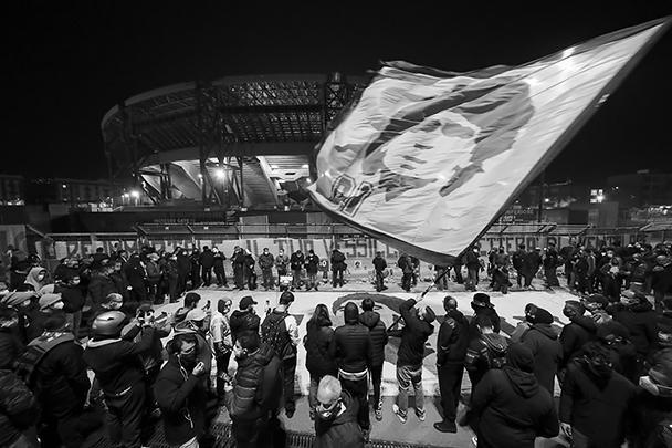 Церемония прощания с легендой футбола состоится в «Каса Росада» – президентском дворце и будет продолжаться 48 часов. Такое случается в Аргентине крайне редко – последний раз во дворце так прощались 10 лет назад с президентом Нестором Киршнером