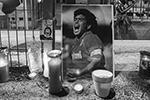 Сейчас на площади перед дворцом сотни поклонников Марадоны, пришедших почтить его память. Они поют песни в честь своего кумира и запускают фейерверки (фото:  Antonio Balasco/Global Look Press)