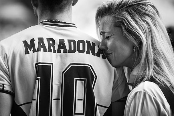 Масштабные акции в честь Марадоны прошли по всей Аргентине. Огромные толпы собрались у футбольного стадиона «Архентинос Хуниорс», где Марадона начинал свою звездную карьеру. Болельщики также стекались на «Ла Бомбонера», стадион «Бока Хуниорс» в Буэнос-Айресе