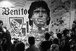 Легендарный аргентинский футболист Диего Марадона скончался 25 ноября в возрасте 60 лет из-за остановки сердца. После его смерти в Аргентине объявили трехдневный траур. Поклонники величайшего футболиста 20-го века во всем мире выражают свою скорбь(фото: Martin Villar/Reuters)
