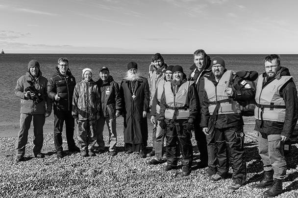 Члены экспедиции на берегу, возле которого происходило исследование