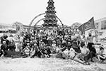 В Тюмени главная городская елка стала местом общего фото для участников новогоднего забега «Кросс в мороз»(фото: Наталья Горшкова/РИА Новости)