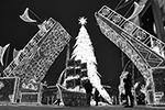 В Москве на площади перед Киевским вокзалом установили новогодние украшения, среди которых — разводные мосты Петербурга  (фото: Павел Бедняков/РИА Новости)