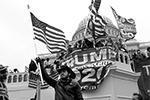 Многочисленные сторонники президента США Дональда Трампа взяли в среду штурмом Капитолий и устроили в нем погром. Стражи правопорядка с трудом вытеснили активистов за пределы парламента. В результате столкновений есть погибшие и раненые. Для многих наблюдателей эти события стали предвестником гражданской войны(фото: Reuters)