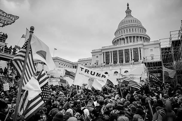 Установленные вокруг Капитолия ограждения были быстро сметены толпой и сотни сторонников Трампа хлынули в здание