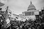 Установленные вокруг Капитолия ограждения были быстро сметены толпой и сотни сторонников Трампа хлынули в здание (фото: Joel Marklund/Keystone Press Agency/Global Look Press)