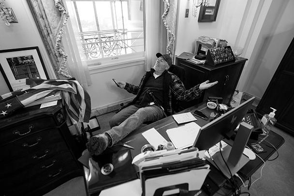 Одними из самых вирусных кадров стали фотографии из кабинета спикера палаты представителей Конгресса США Нэнси Пелоси. За ее рабочим столом развалился в кресле человек с внешностью рэднека, то есть деревенщины