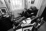 Одними из самых вирусных кадров стали фотографии из кабинета спикера палаты представителей Конгресса США Нэнси Пелоси. За ее рабочим столом развалился в кресле человек с внешностью рэднека, то есть деревенщины (фото: JIM LO SCALZO/EPA/ТАСС)