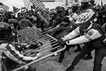 В ходе беспорядков пострадали как минимум 14 сотрудников полиции (фото: John Minchillo/AP/ТАСС)