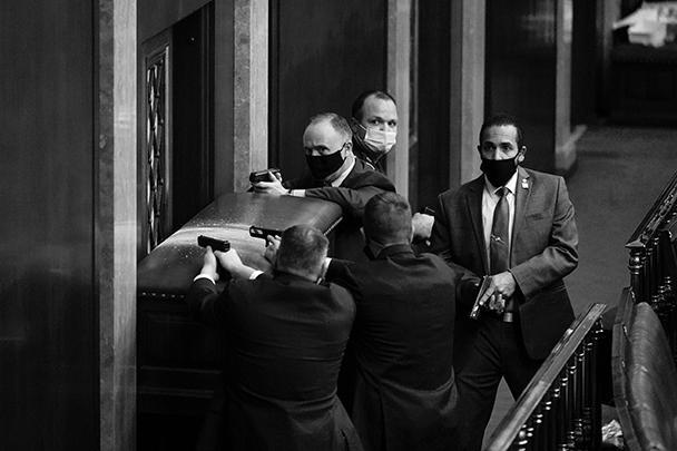 Сотрудники Секретной службы забаррикадировались в зале заседаний и были готовы применить боевое оружие