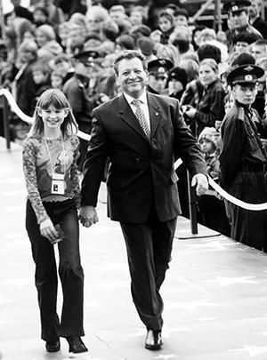 Борис Грачевский и юная актриса Аня Цуканова на открытии 2-го Международного фестиваля детского и юношеского кино «Кинотаврик» в Сочи