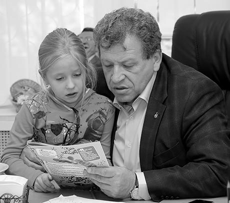 Борис Грачевский в своем рабочем кабинете