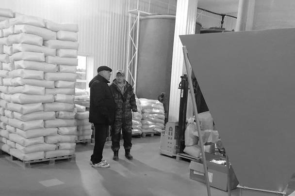 Владимир Ковтун (слева) на птицефабрике