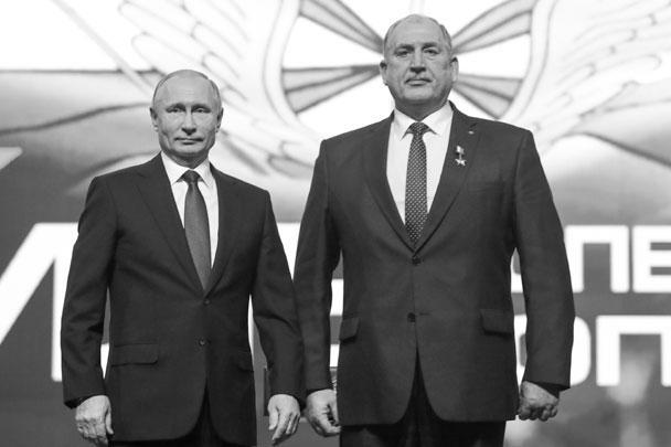 Февраль 2019 года. Президент Владимир Путин вручает Владимиру Ковтуну золотую звезду Героя России
