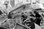 Предварительной причиной инцидента в супермаркете во Владикавказе назван взрыв газа, сообщили в экстренных службах. Появилось информация о том, что в подвале супермаркета хранились кислородные баллоны. Здание, где произошел взрыв, стояло отдельно, до жилых домов примерно 100 метров (фото: Ольга Смольская/ТАСС)