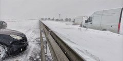 Впервые в истории открытый в 2018 году мост через Керченский пролив оказался закрыт. В ночь на пятницу на Крым обрушился рекордный снегопад, вынудивший власти остановить движение по мосту. Для борьбы с непогодой мобилизовали бронетехнику и части Минобороны, Росгвардии и МЧС
