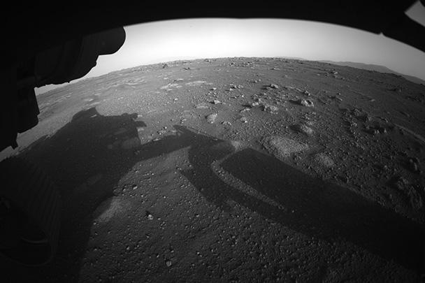 На одном из кадров, опубликованных в Twitter, виден пейзаж Красной планеты с линией горизонта