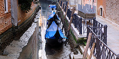 Часть каналов Венеции пересохла из-за отлива, который привел к снижению уровня воды на полметра. Многие гондолы и лодки оказались на мели. Это затрудняет передвижение по городу. Навигация сохраняется на Гранд-канале, который тоже заметно обмелел