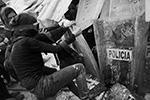 Радикалам удалось сломать металлическое ограждение здания, где их встретил безоружный кордон. Активистки облили стоящих в проеме ограждения женщин-полицейских бензином и подожгли(фото: REUTERS/Toya Sarno Jordan)