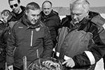 Министр науки и высшего образования России Валерий Фальков и директор Института ядерных исследований РАН Максим Либанов (первый план слева направо) перед запуском глубоководного нейтринного телескопа Baikal-GVD, построенного на озере Байкал. (фото: Алексей Кушниренко/ТАСС)