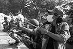 Придя к власти с помощью конституционного механизма введения чрезвычайного положения, руководители военного правительства пообещали провести через год новые выборы и передать власть партии, которая на них победит(фото: REUTERS/Stringer)
