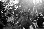 Участники протестных акций строят баррикады, укрываются за ними и отвечают камнями и шариками из рогаток, а также стрелами, выпущенными из спортивных и самодельных луков(фото: REUTERS/Stringer)