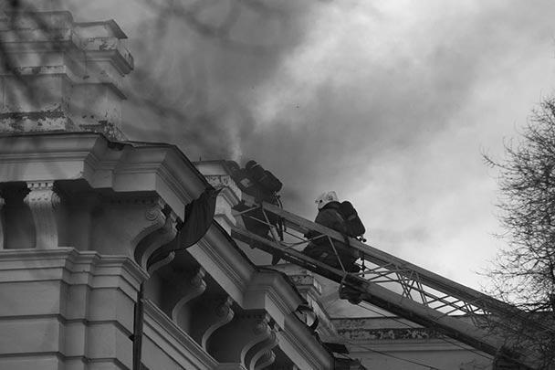 Площадь пожара составила 1,6 тыс. квадратных метров, в тушении участвовали 59 пожарных и 28 единиц техники, пожару был присвоен повышенный ранг сложности. Пострадавших нет