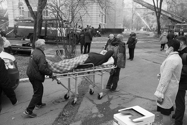 «Идет этап искусственного кровообращения. Электричество отключено, тревоги пищат, а мы работаем. Пациент не виноват, и должен и будет жить». Так описал ситуацию врач кардиоцентра Амурской государственной медакадемии в Благовещенске Георгий Кондратов