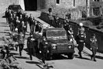 Члены королевской семьи проследовали на территории Виндзорского замка за катафалком, специально модифицированным «Ленд Ровером»(фото: Leon Neal/REUTERS)
