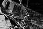 Проведение спасательной операции на месте обрушения метромоста было затруднено из-за угрозы падения нескольких вагонов метро, зависших над землей(фото: Luis Cortes/REUTERS)