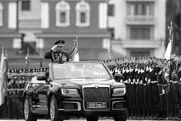 Министр обороны России Сергей Шойгу приветствовал парадные расчеты на кабриолете «Аурус»