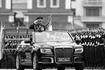Министр обороны России Сергей Шойгу приветствовал парадные расчеты на кабриолете «Аурус»(фото: Alexander Zemlianichenko/ТАСС)