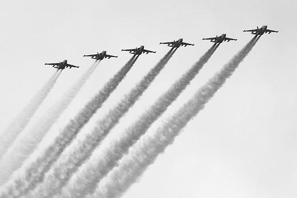 Авиационная часть парада завершилась пролетом шести штурмовиков Су-25, которые раскрасили небо над столицей в цвета российского триколора