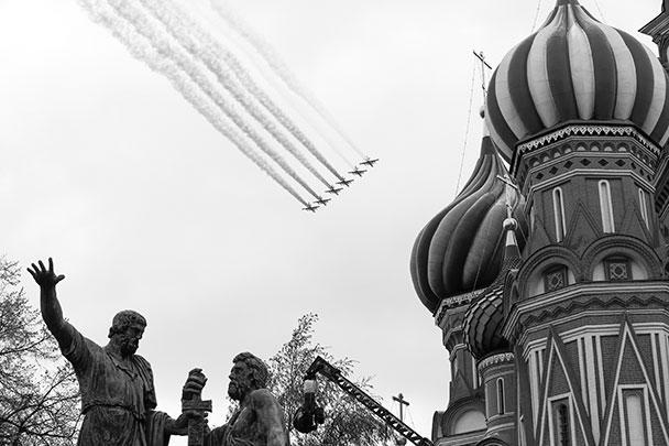Всего в авиационной части парада Победы на Красной площади участвовало 76 самолетов и вертолетов