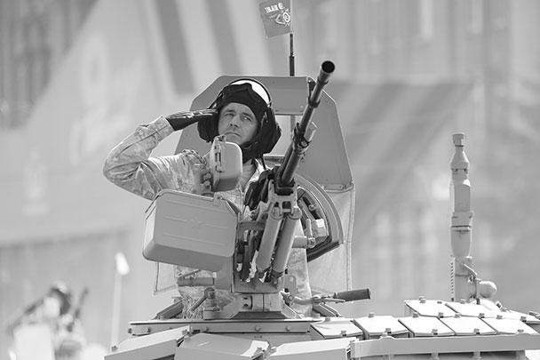 На параде Победы на Красной площади зрители увидели более 190 раритетных, современных и перспективных боевых машин