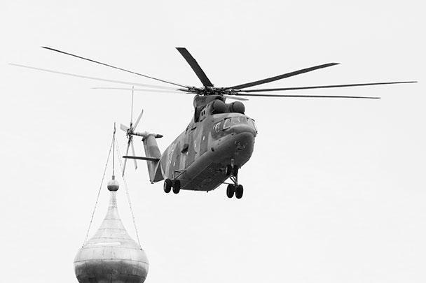 Авиационная часть парада Победы была открыта тремя тяжелыми вертолетами Ми-26