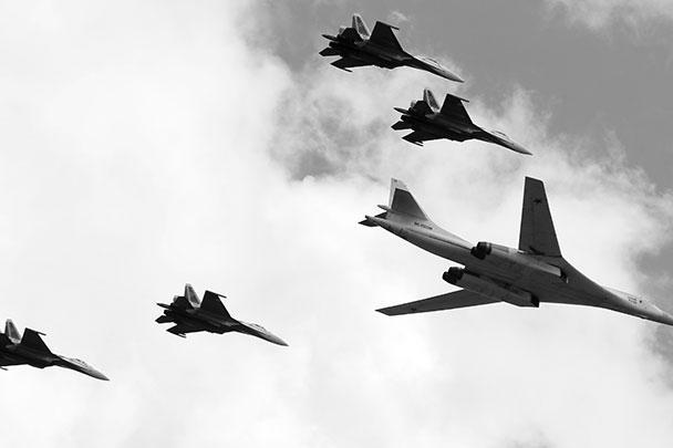 Стратегический ракетоносец Ту-160 пролетел над Красной площадью в едином плотном строю с четырьмя истребителями Су-35С